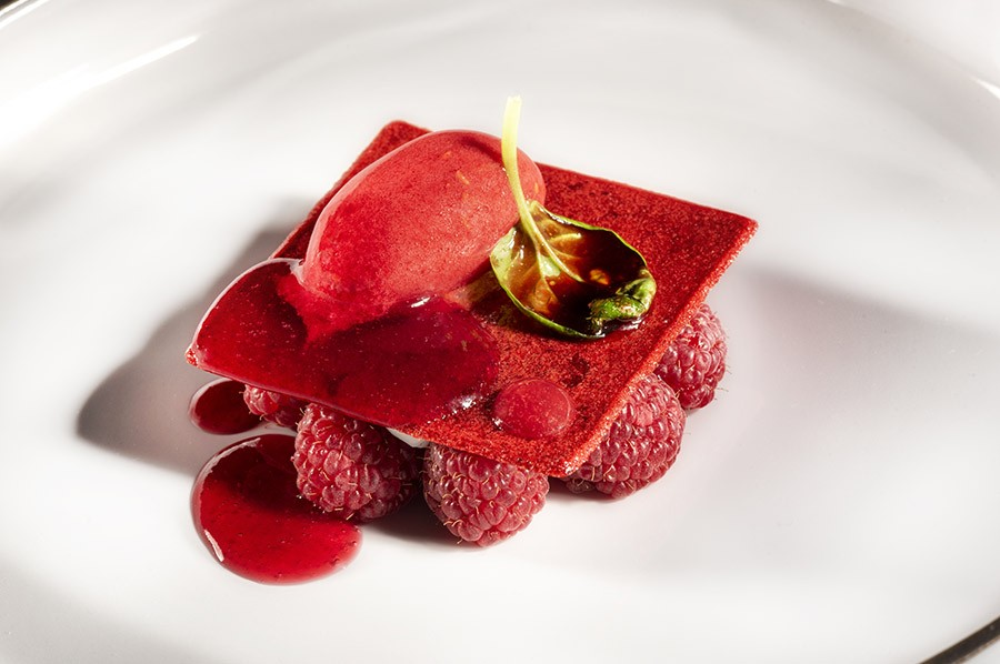 Cédric Perret, Pastry Chef of the gastronomic restaurant Clair de la Plume, create this variation of strawberry vacherin with yellow wine and tea juice cream