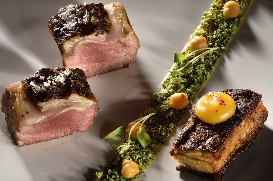 Dans le plat d'agneau Comte de Provence, le Chef de Cuisine Julien Allano au Clair de la Plume à Grignan en Provence, a mis les goûts et les couleurs de son enfance.