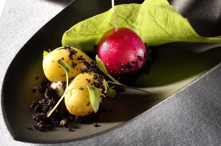 la cueillette de printemps est un clin d'oeil du Chef Julien Allano dans ce plat gastronomique pour la carte d'été du Clair de la Plume à Grignan