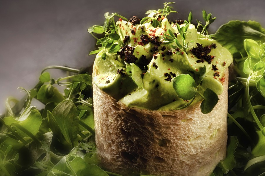 Plat fraicheur d'été au restaurant du Clair de La Plume à Grignan (provence) par Julien Allano, le vert en monochrome fraîcheur de petits pois ponzu